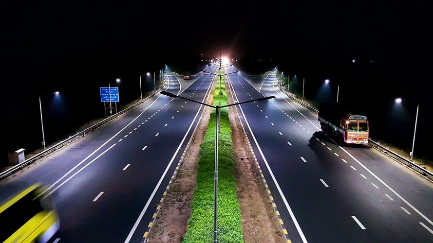 Setor de iluminação pública em alta